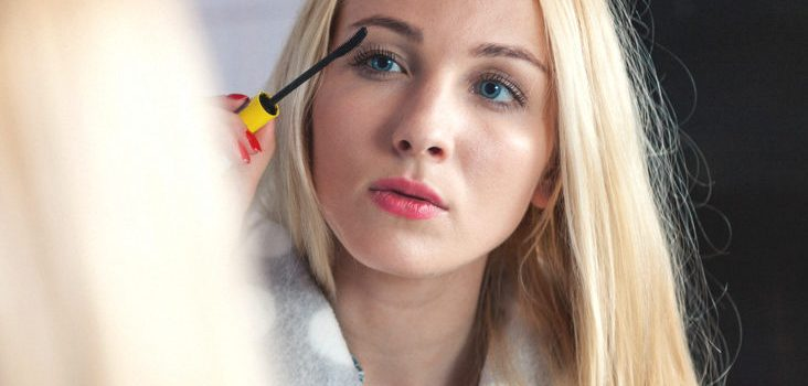 Advantages of Putting Castor Oil in Your Mascara